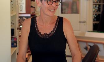 Morgane Fay calligraphe à Uzès, photo Marie Bascou